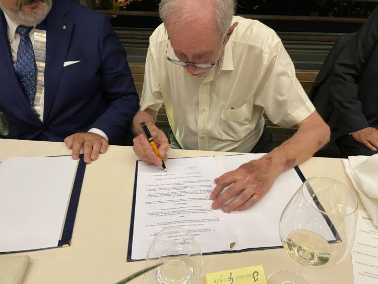 Giorgio Romersa firma l'accordo