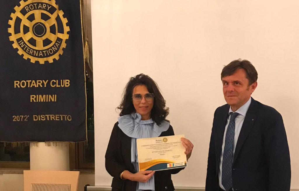 Fabio Scala consegna a Patrizia Farfaneti Ghetti Attestato di Merito del Distretto per l'anno rotariano 2020/2021
